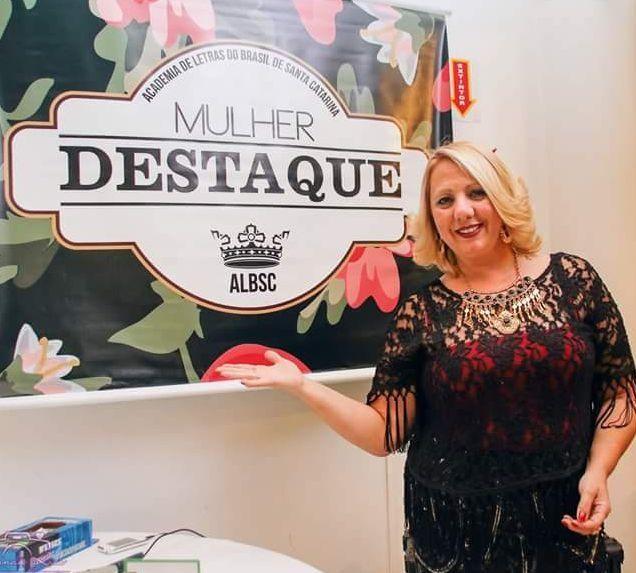 Sandra Pereira é homenageada com Troféu Mulher Destaque pela ALBSC