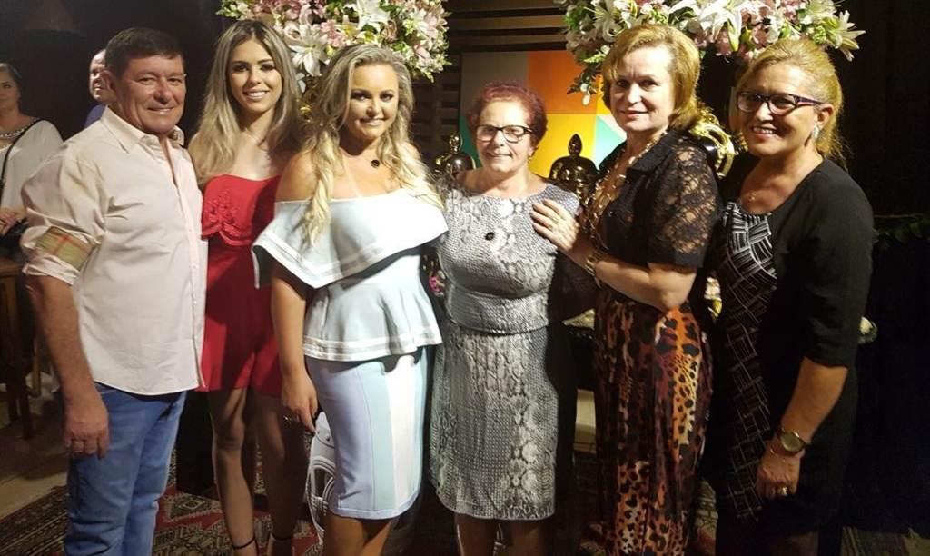 Simoni Coelho recebe amigos para comemorar aniversário