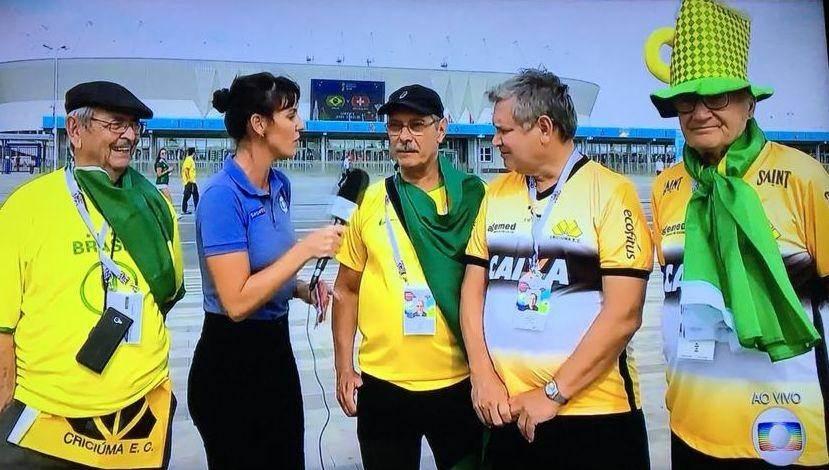 Entrevistadora da SporTV entrevista criciumenses na Rússia antes do jogo do Brasil