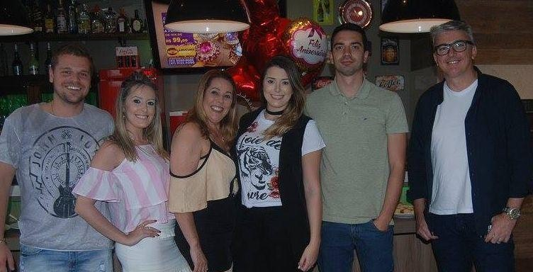 Juliana Locks comemora aniversário em sua residência
