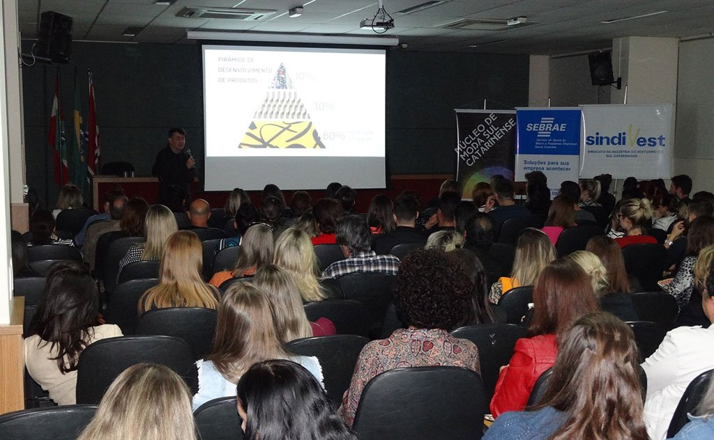 Evento com atualizações de moda para empresários, designers e profissionais do sul catarinense