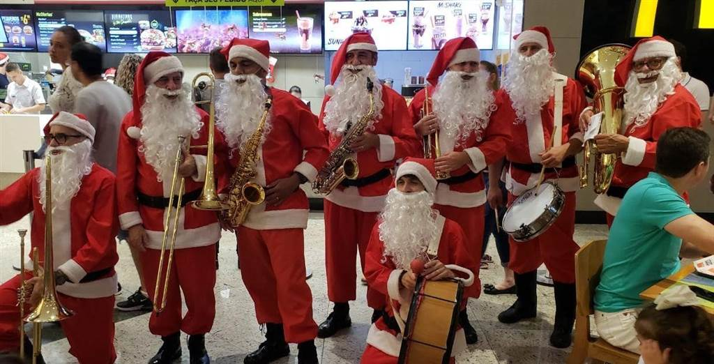 Grupo de Papai Noel agita o Nações Shopping para o clima de Natal