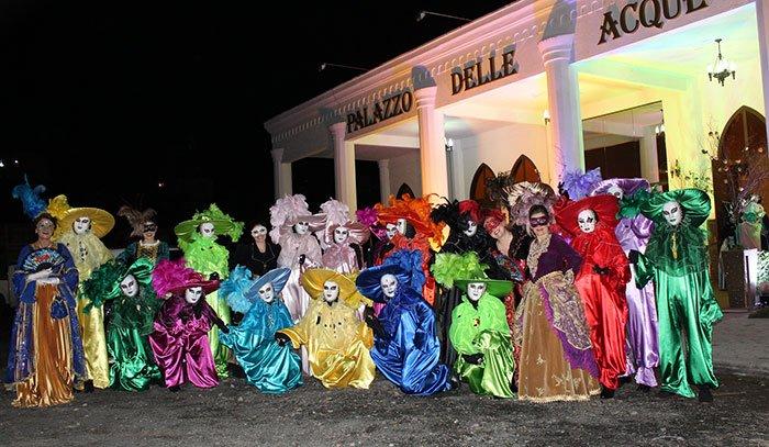 Mistério, luxo e mascarados fazem parte do tradicional evento
