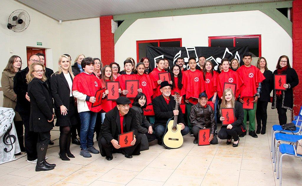Direção, alunos e comunidade festejam à escola que é referência da região