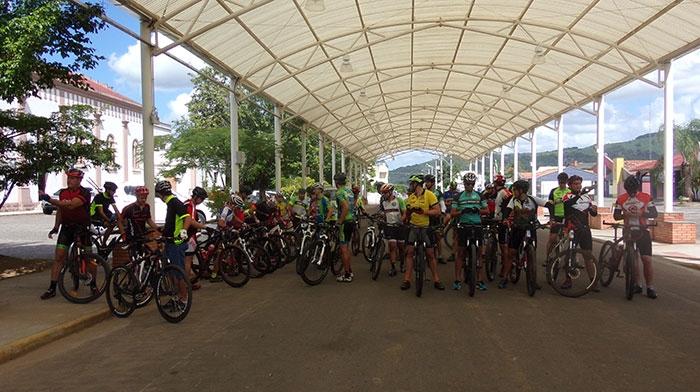 Ciclistas fazem reconhecimento de percurso em preparação para a prova