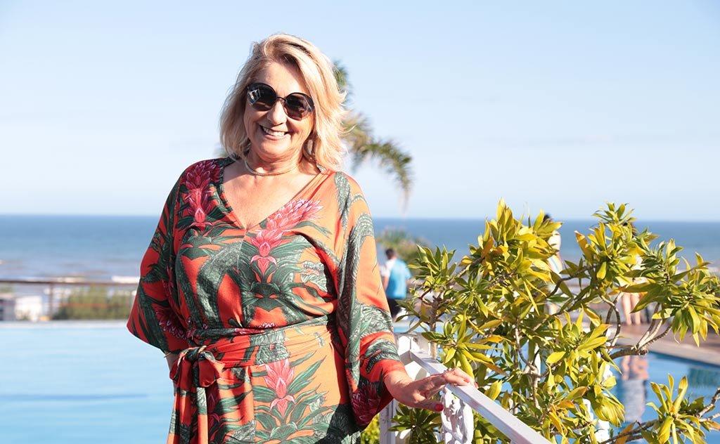 Jornalista escolhe cenário e estilo tropical para sua party