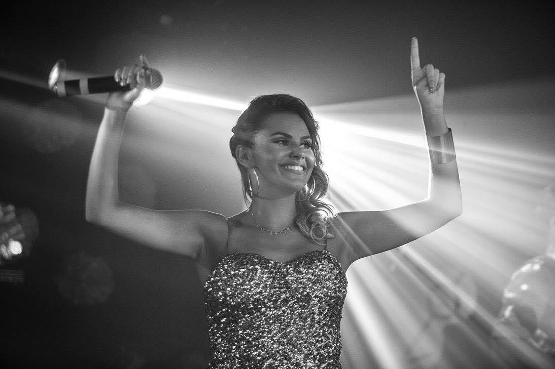 Cantora de Criciúma representando o talento musical de nossa região