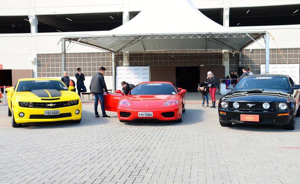 Clientes ganhadores da promoção Circuito Super Carros pilotaram algumas das lendas do asfalto neste fim de semana, em Tubarão