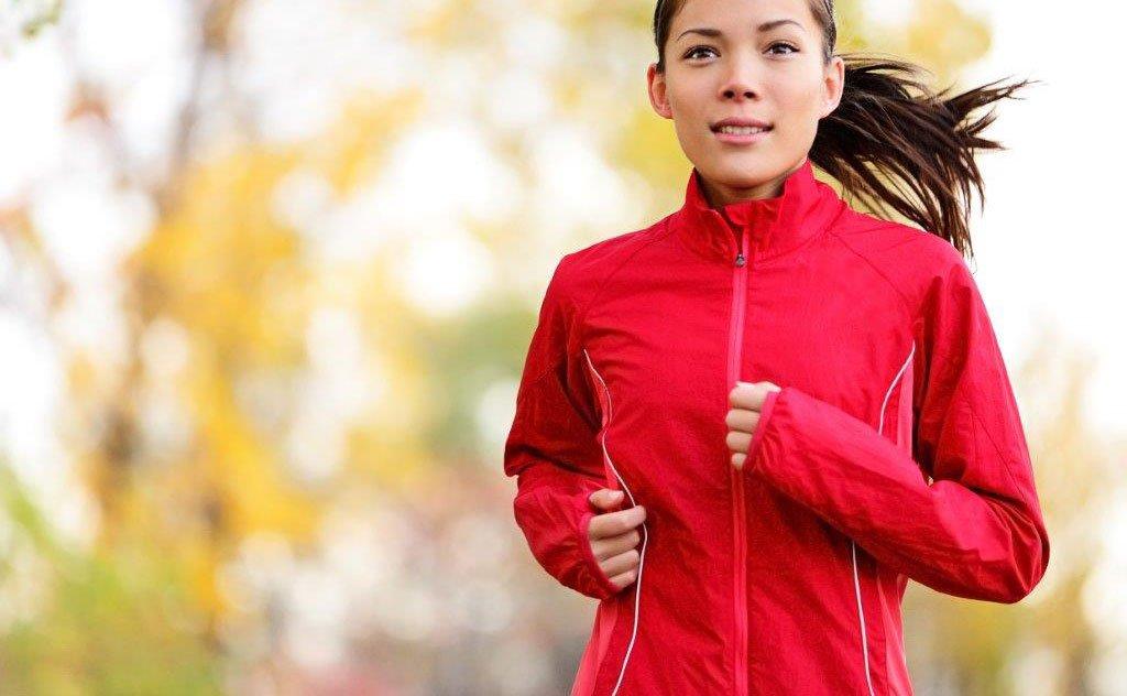 O exercício físico espanta o mau humor e gasta mais calorias nessa estação