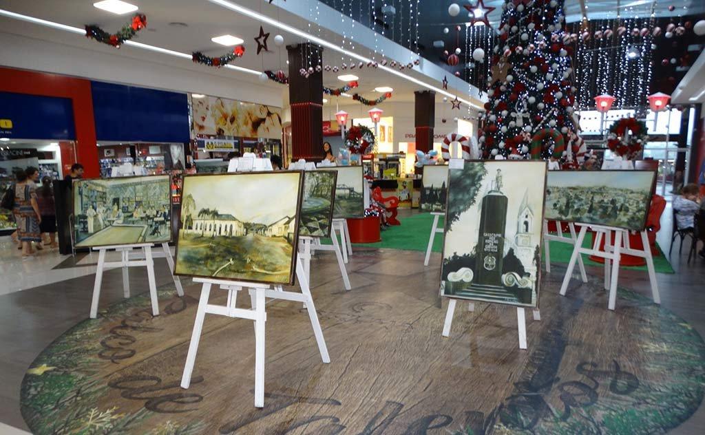 Telas da artista plástica Juliana Natal mostram cenários e elementos até a década de 1990