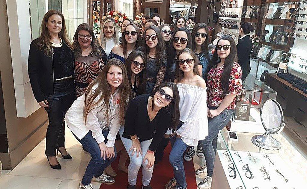 Coquetel e desfile de óculos cheio de estilo