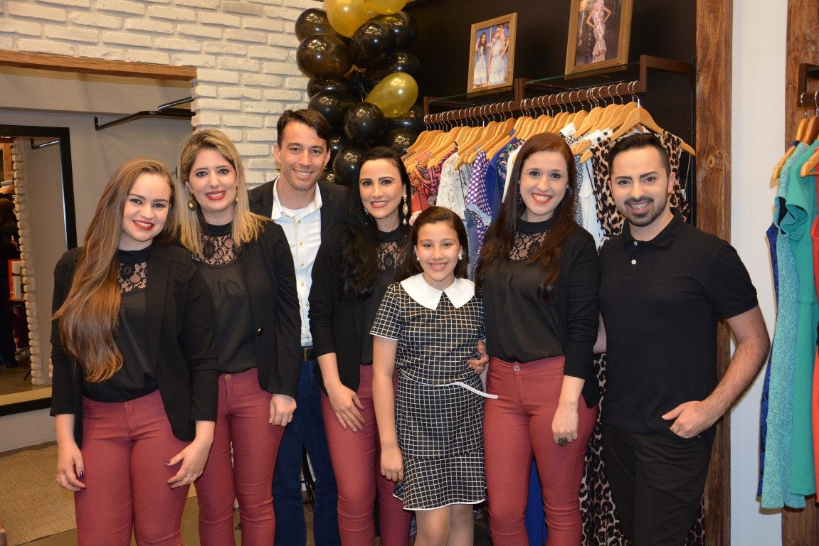 Loja especializada em moda casual e chique, celebrou com clientes e familiares, oito anos de vida