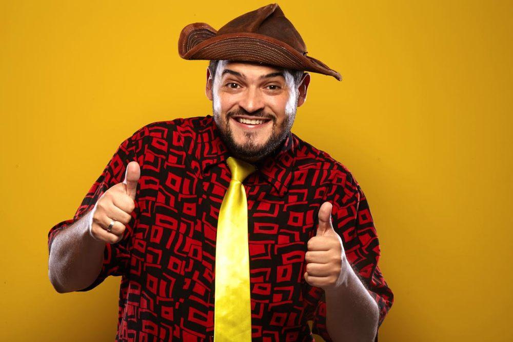 Comediante Matheus Ceará, se apresentará no Teatro Elias Angeloni, em Criciúma