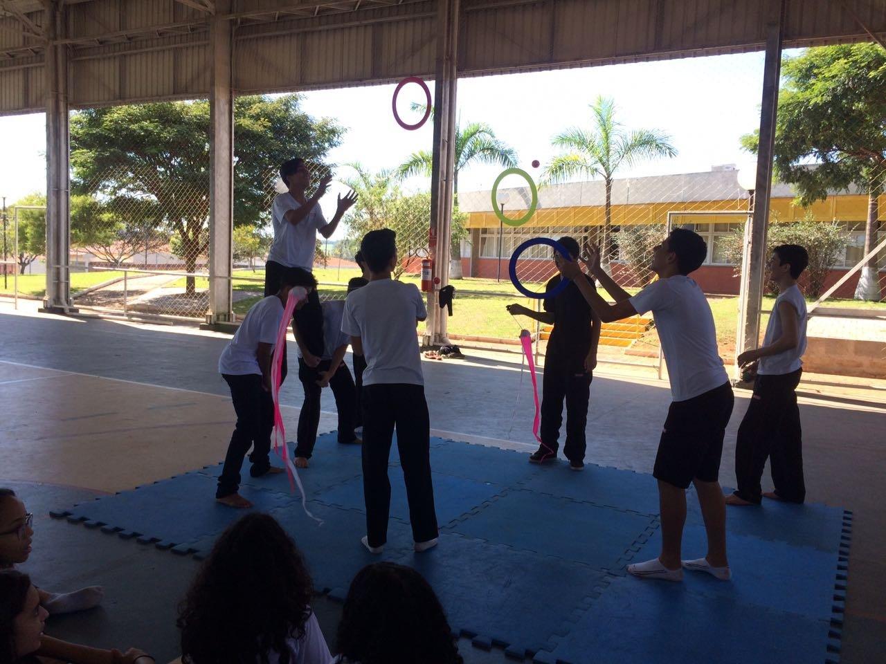 As crianças aprenderão malabares, equilíbrio, acrobacias, e outras atividades