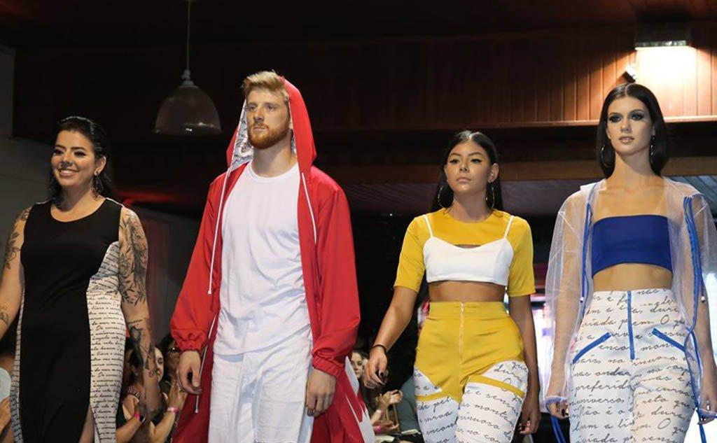 Desfile apresentou à comunidade de Araranguá criações das acadêmicas do Curso Superior em Design de Moda do IFSC.