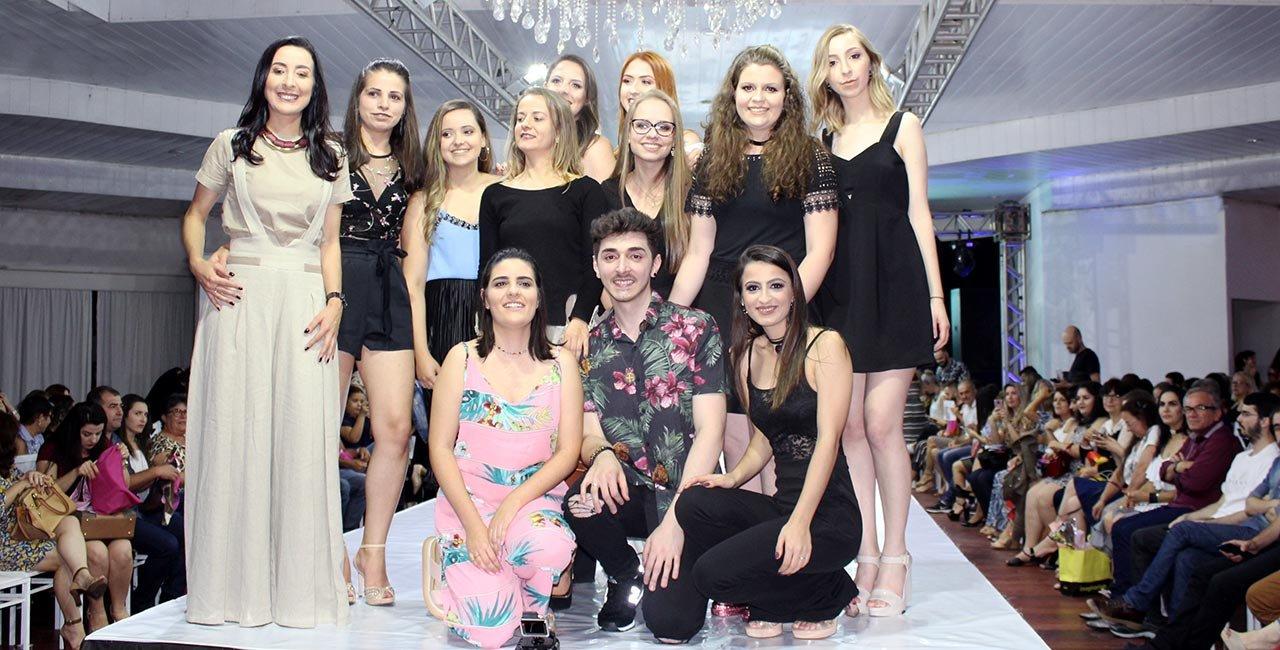 Desfile marca encerramento do ano letivo e a semana de atividades do curso de moda