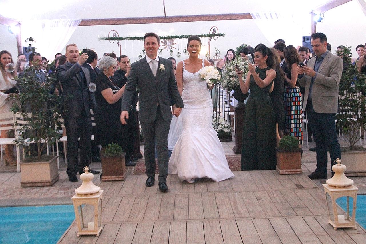 Os noivos selaram o amor, em Florianópolis, numa linda cerimônia ao pôr do sol.