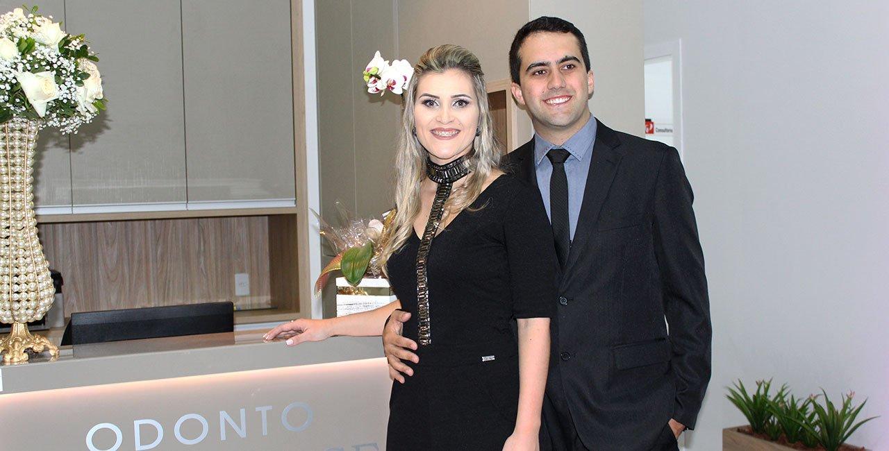 Casal empreendedor Filipe Farias João e Gessyca Jeronimo brindam inauguração