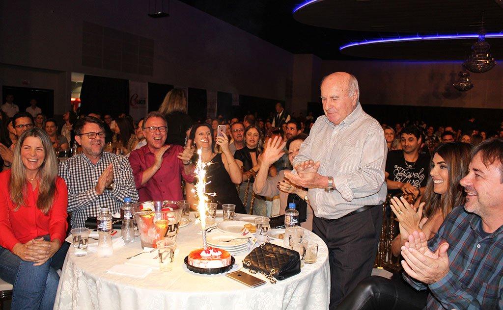 Surpreendido durante o evento, empresário recebe coro de parabéns
