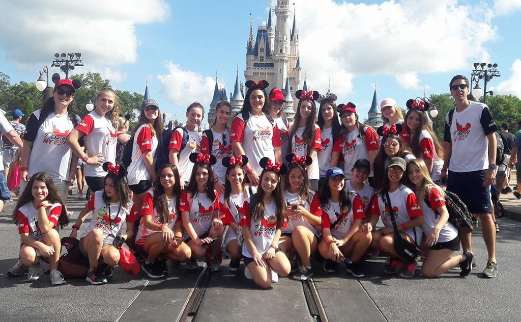 Grupo super animado aproveitando a vibe mágica de Orlando