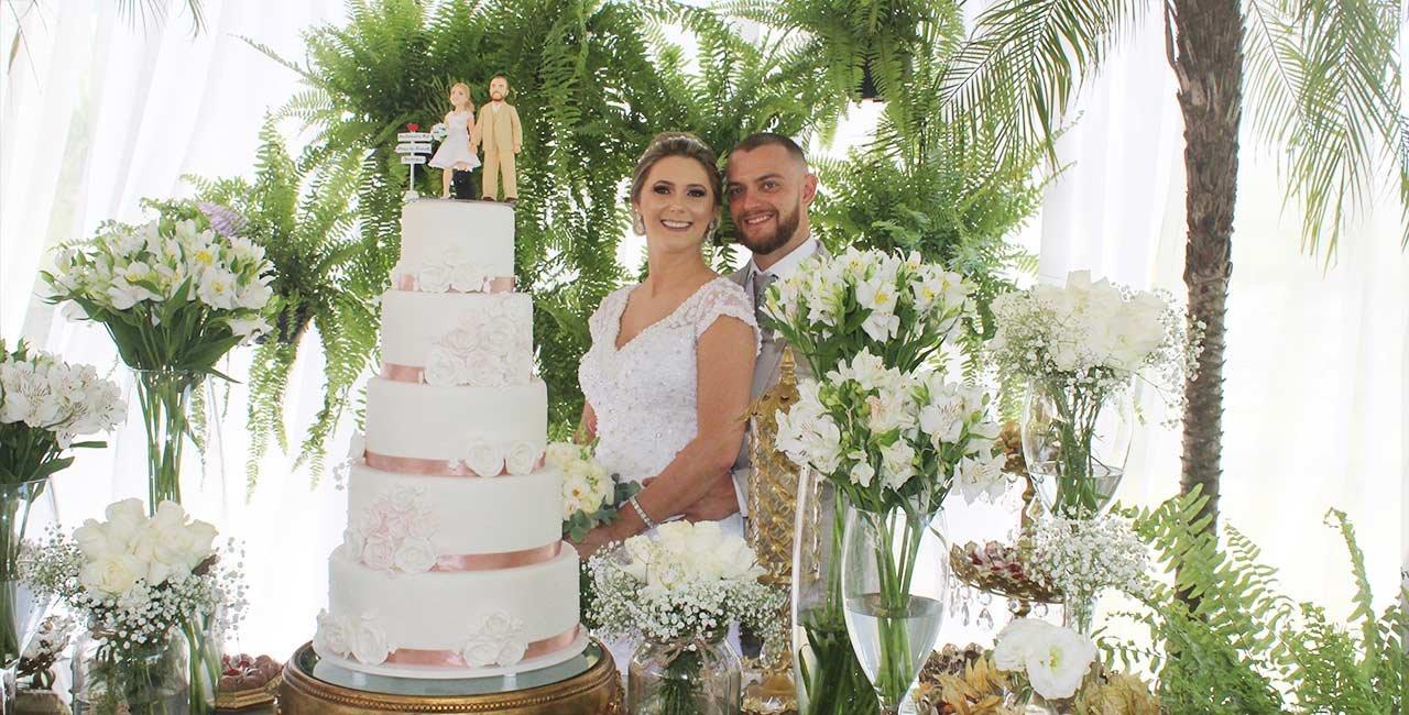 Em cenário bucólico os noivos celebram o enlace em cerimônia intimista repleta de emoção