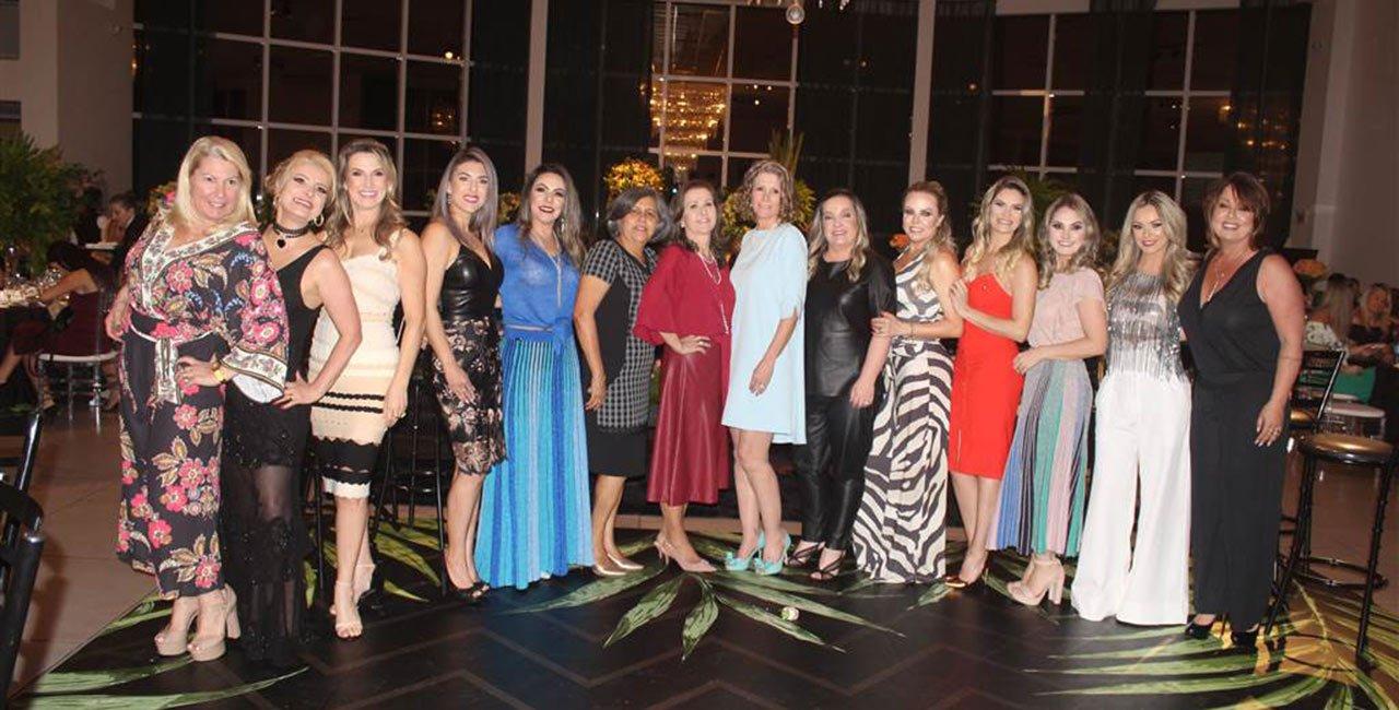 Festa reúne madrinhas e convidadas em fashion night no Rhois Centro de Eventos