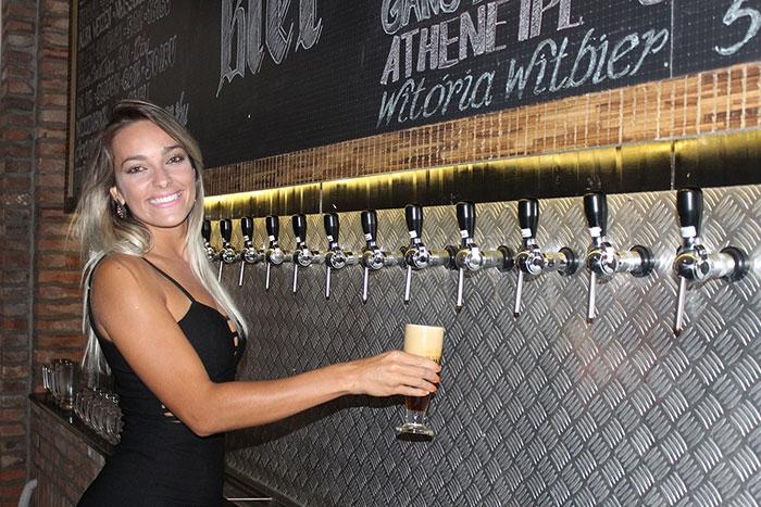 Camila Souza conhece um pouco da produção de cervejas artesanais do sul catarinense