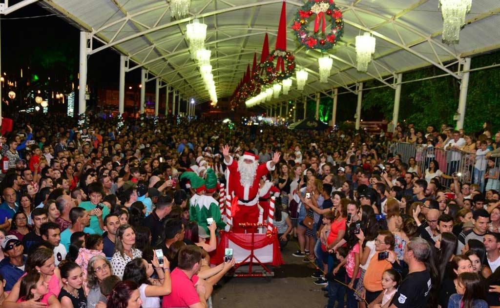 Mais de 10 mil pessoas lotam a praça da cidade na abertura da festa