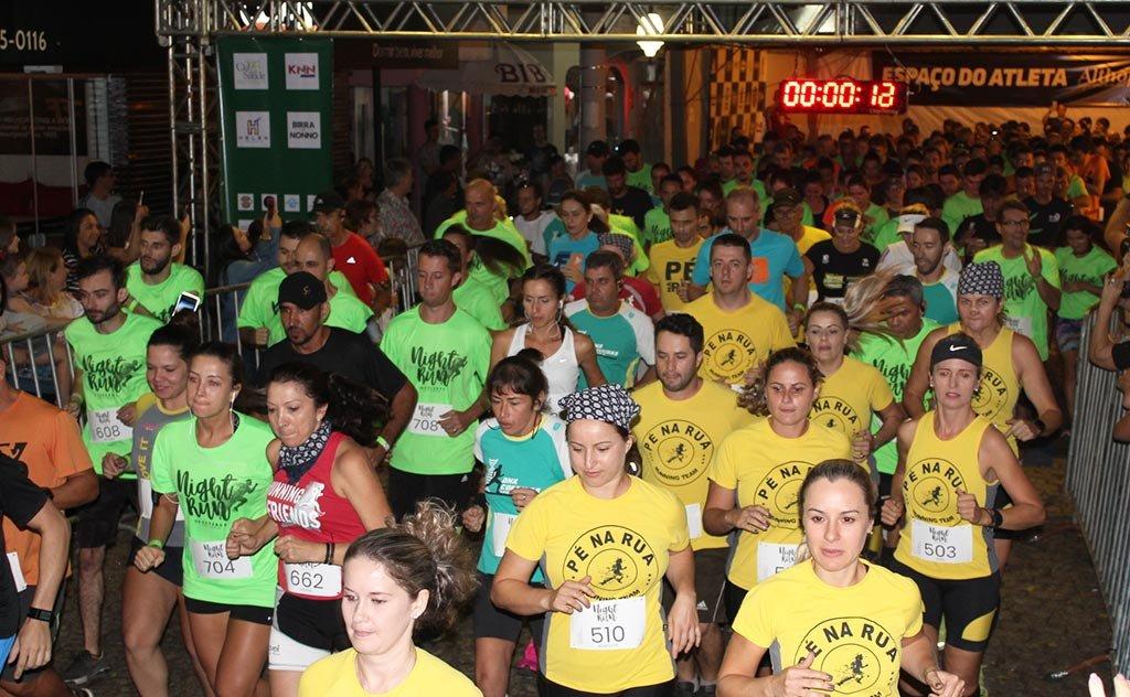 Competição que contou com disputas nos cinco e 13 quilômetros foi realizada na noite de sábado