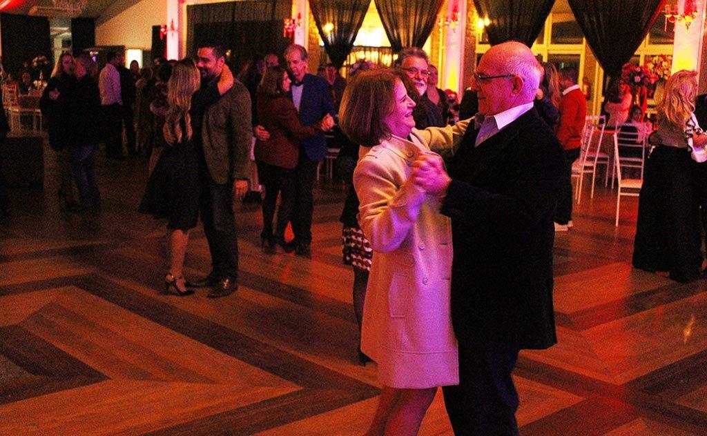 Mais de 250 casais desfrutaram de boa gastronomia, música e sorteios