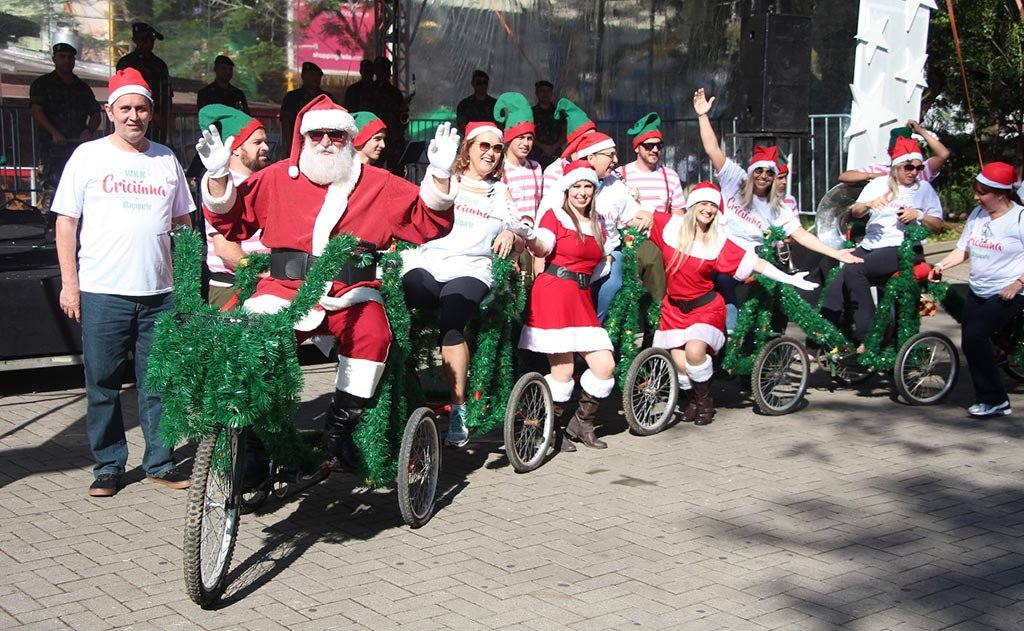 evento reuniu vários ciclistas, com suas bicicletas decoradas, na Praça Nereu Ramos
