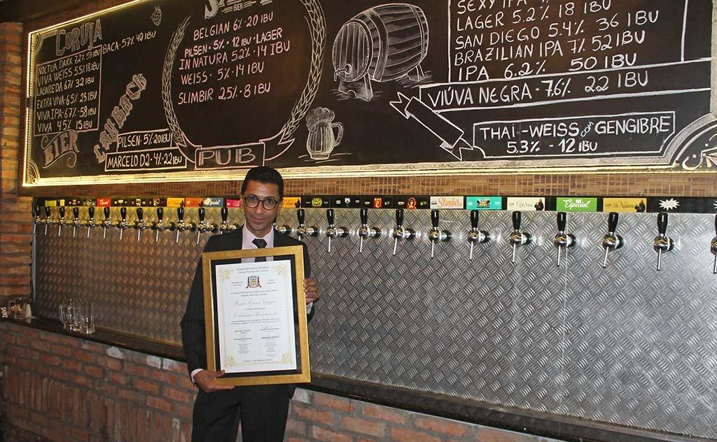 Empresário é homenageado por seus feitos culturais e contribuições à cidade e região
