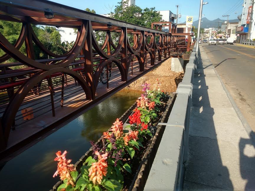 """A """"Ponte dos Namorados"""" é um registro em aço da história da cidade"""