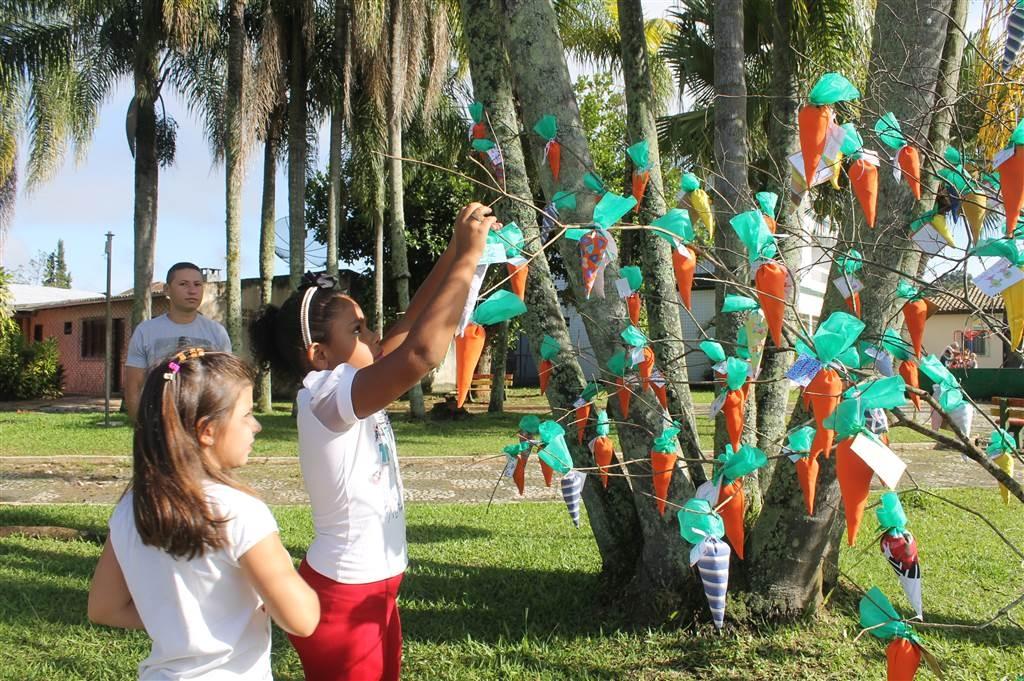 Alunos, pais e professores se reúnem para uma nova tradição de páscoa