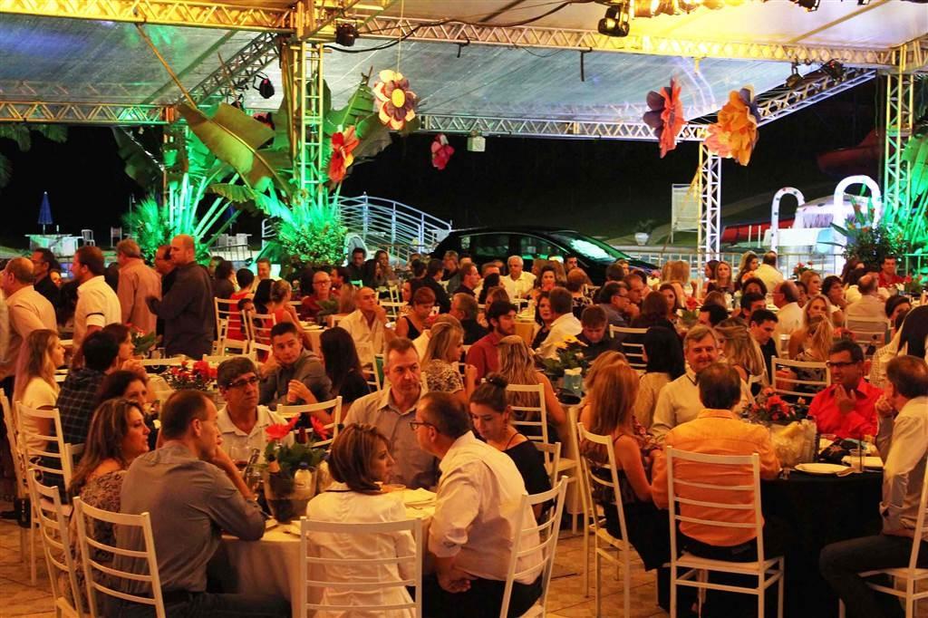 O estilo tropical invade a tradicional festa do clube nesse sábado
