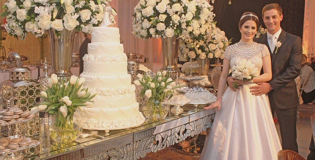 Apaixonados o novo casal sela matrimônio declarando amor e trocando alianças