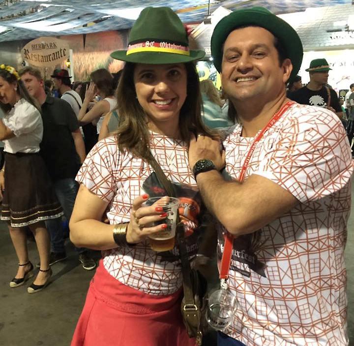 O médico curtiu a maior festa alemã do país ao lado dos amigos e de sua amada
