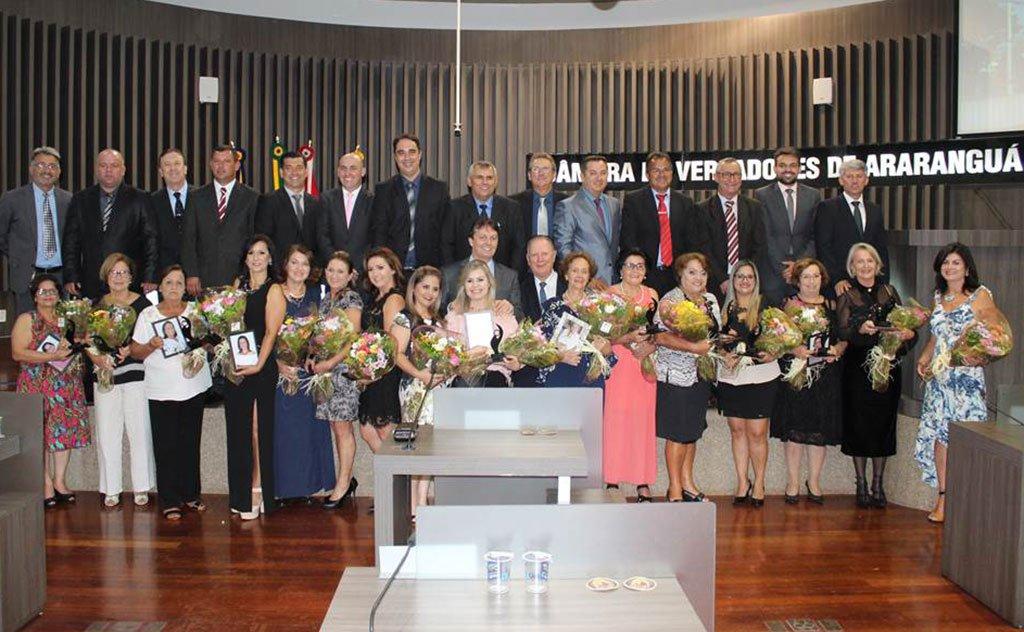 Homenagem entregue pelos vereadores araranguaenses a 15 mulheres
