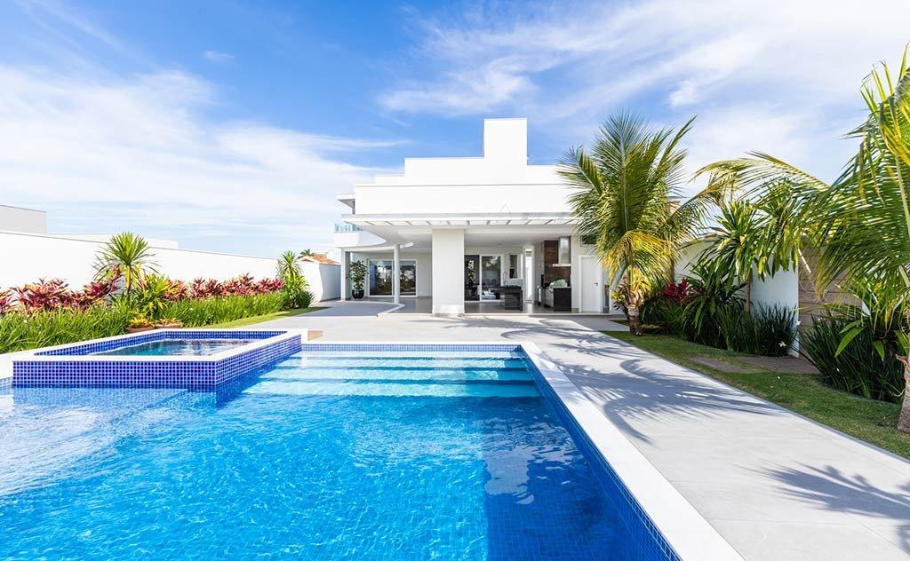 A arquiteta explica o melhor local de implantação, material e cuidados para piscina