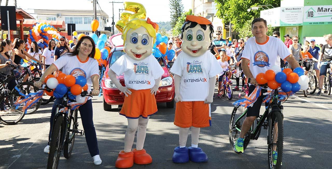 Alunos capricharam na decoração e as bicicletas coloridas enfeitaram as avenidas de Araranguá