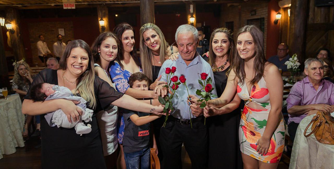 Médico sombriense ganha homenagem surpresa em festa íntima
