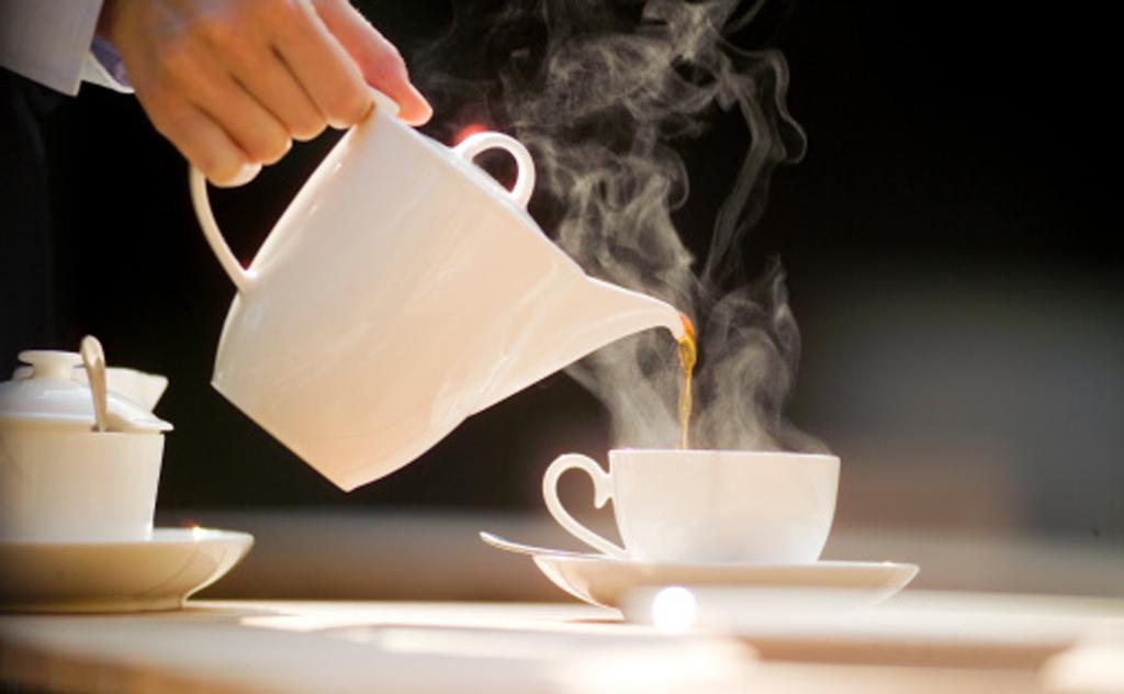 Especialista explica quais os riscos de consumir cafeína depois das refeições e em excesso