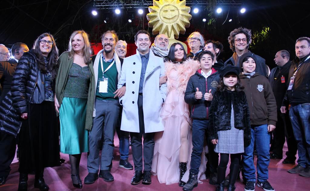 Elenco agita red carpet no Palacio dos Festivais e público se emociona com homenagem ao ator falecido