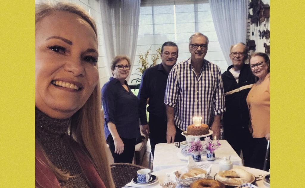"""Padre Chico ganha os """"Parabéns"""" em jantar surpresa  na residência de Janes e Daltro Espíndola"""