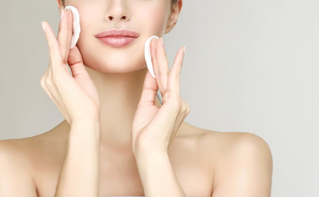 Lavar o rosto muitas vezes ou lavar com água quente são algumas das causas