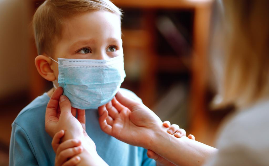 A máscara facial pode sufocar os bebês, segundo orientação divulgada pela Anvisa
