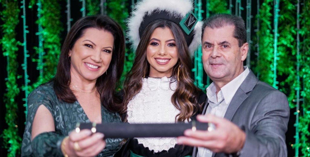 Os pais Adolfo Ferreira e Maria Nunes Ferreira realizam o grande sonho ao lado da filha