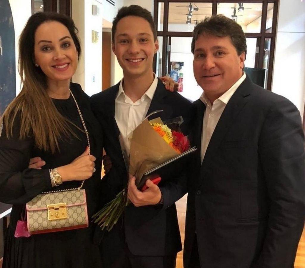 Cristina Angeloni e Guto Fretta surpreenderam o filho Pedro, e o acompanharam até o México