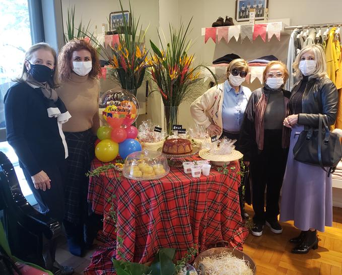 Meri Nuernberg recebeu suas clientes com mesa farta de guloseimas juninas/julinas