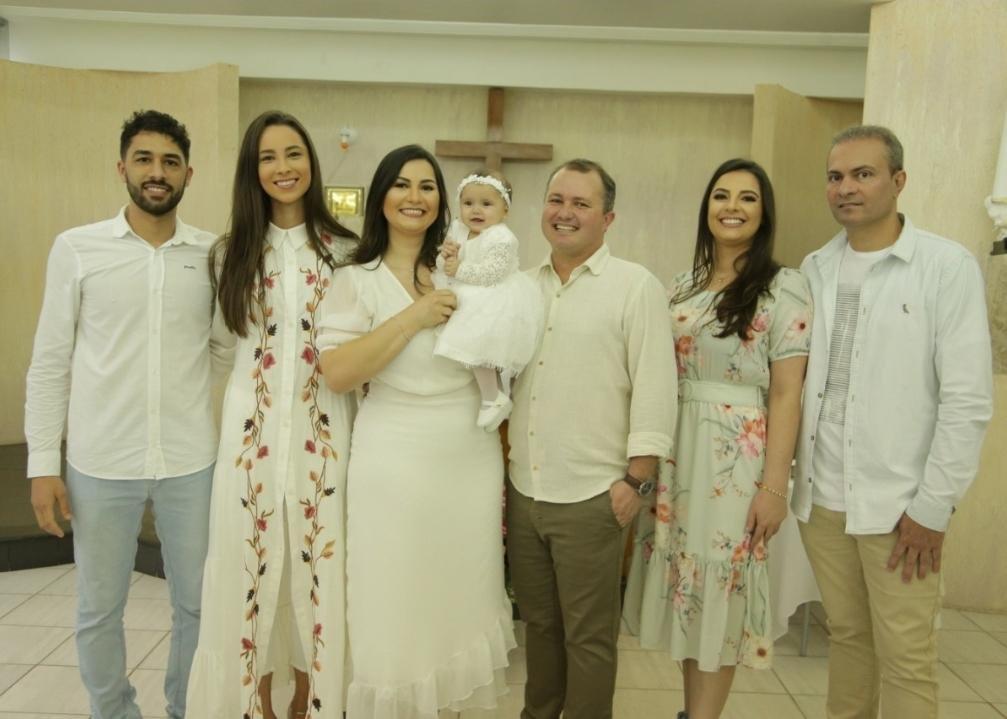 Juliana Mendes de Medeiros e Diogo Rizzotto celebram o batizado da filha Laurinha